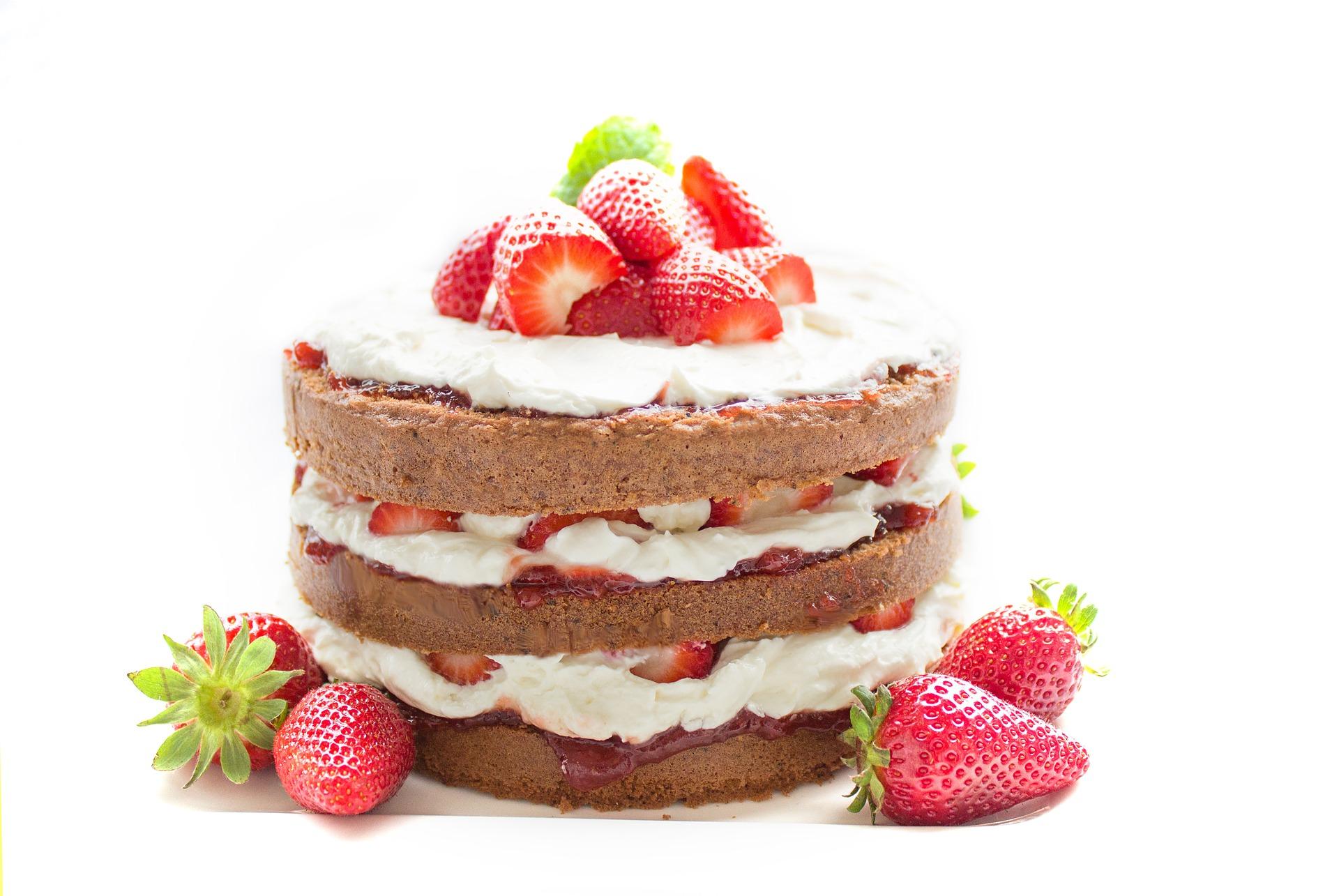 Biskuittorte mit Erdbeeren, geschichtet