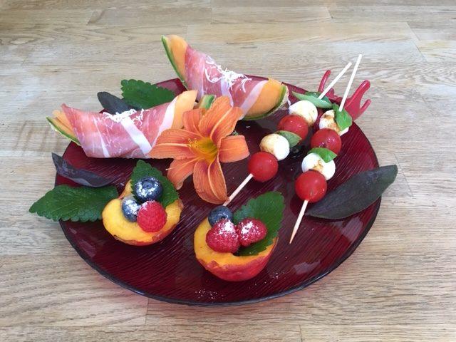 Sommersnacks_Prosciutto-Melone_Tomate-Mozzarella_Beeren-Nektarinen-Becher