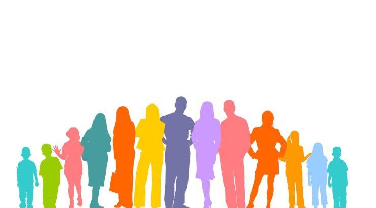 eine Menschengruppe, dargestellt als bunte Silhouetten
